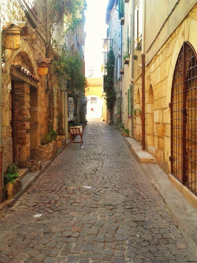 Une ruelle du vieil Antibes