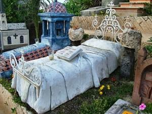 памятник в виде кровати с книгой