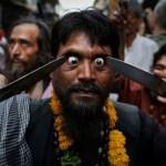 индус ковыряет глаза ножами на празднике Урс Аджмер
