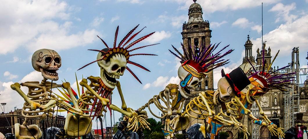 скелеты участники шествия на День Мертвых