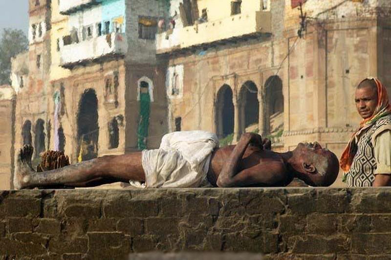 мужчина индус лежит в нирване