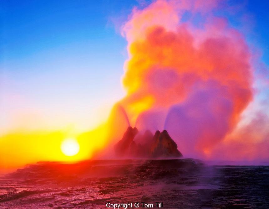 радужное облако над гейзером