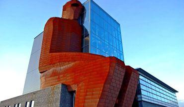 фигура человека и здание