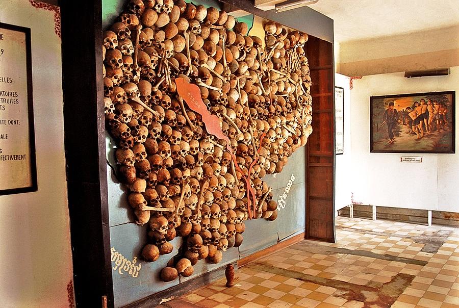 черепа на стене