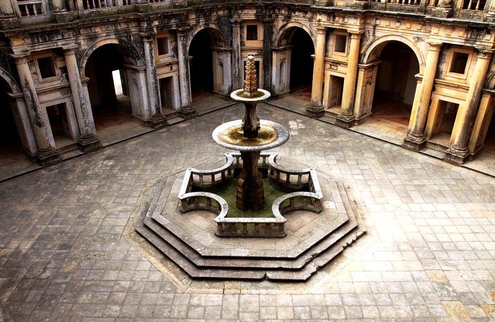 фонтан в форме креста