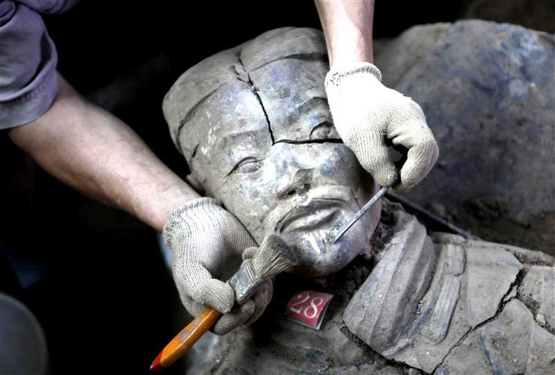 склеивание глиняной статуи