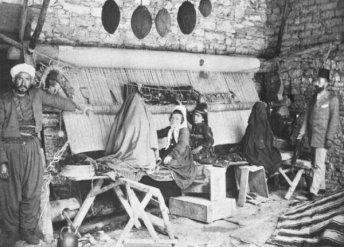Photo of Turkish loom and weavers from 1908