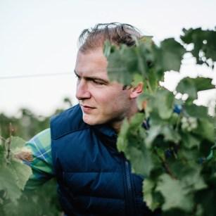 Photo d'Édouard Parinet dans les vignes du Château Moulin-à-Vent