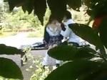 【JK青姦盗撮動画】公園のベンチで膨らみかけ美乳を出して女子校生カップルが生えかけマン毛を手マンww