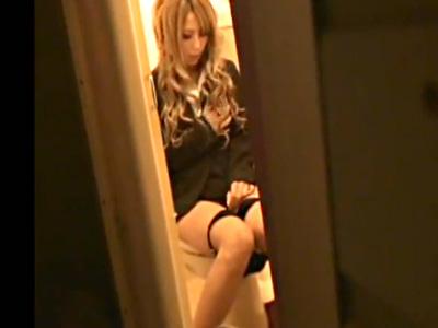 【ギャルオナニー盗撮動画】仕事のストレスから会社のトイレに隠れて自慰行為する姿を隠し撮り…