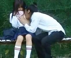 【JK野外SEX盗撮動画】10代の男の性欲は底なしww公園のベンチでロリ可愛い女子校生の彼女のパンツ脱がせて…