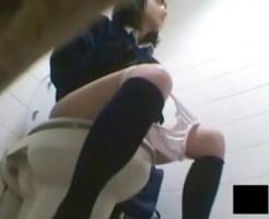 【JK制服オナニー盗撮動画】クラスでも可愛いと話題の女子校生が学校のトイレで指オナ姿を隠し撮りww