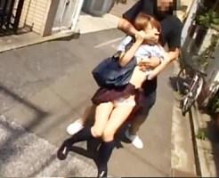 【JKイタズラ盗撮動画】茶髪で細身体型の女子校生を街撮り…背後からいきなり抱きついて乳揉み痴漢ww