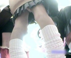 【JK逆さ撮り盗撮動画】ミニスカ女子校生の聖地…ゲーセンのプリクラ機内に隠しカメラ設置で入れ食いパンチラww