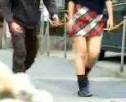 【イタズラ盗撮動画】人通りが少ない道路で素人女子の背後からパンツ脱がして逃亡…焦る女を隠し撮りww