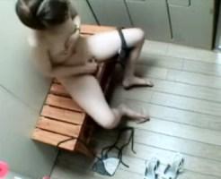 【オナニー隠盗動画】プール更衣室で泳いだあと…水着を脱いだ素人娘たちは1人っきりの場所で自慰行為ww