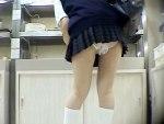 【パンチラ隠撮動画】通気性を求めたのか穴開きパンツを履いた女子校生の座りパンチラを接写撮りww