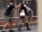 【パンチラ隠撮動画】黒髪ツインテールの幼い後ろ姿が魅力的な女子校生のスカートを捲りパンモロww