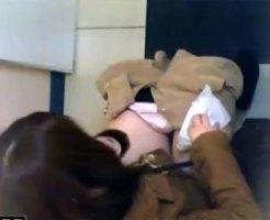 【トイレ隠撮動画】リアル過ぎる映像…洋式の公衆トイレに入ってきた女子の放尿を天井から隠しカメラ撮りww