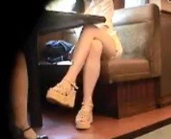 【パンチラ隠撮動画】喫茶店で談笑するミニスカタイトの素人ギャルを小型カメラで隠し撮りww