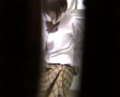 【着替え隠撮動画】女子校生モデルが制服からブルマに着替える様子を隠し撮りした悪質なカメラマンの流出映像…