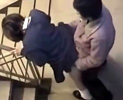【SEX隠撮動画】放課後の学校で使用頻度が少ない階段をラブホテル代わりに使うカップルを隠し撮り…