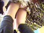 【逆さ撮り隠撮動画】バーゲン会場に群がる女性たちを足元から隠し撮り…素人女性や女子校生のパンチラ入れ食いww