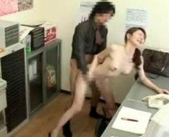【SEX隠撮動画】スレンダーな美人妻の過ち…スーパーで万引きがバレてしまい店長のお仕置きを隠しカメラ撮りww