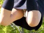 【パンチラ隠撮動画】彼氏と公園の鉄棒で青春する女子校生を隠し撮り…太ももメインの一瞬見えるパンツww