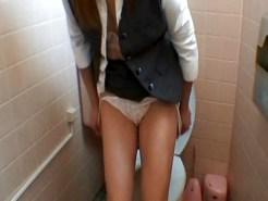 【トイレオナニー隠撮動画】愛人にしたい色気ある三十路手前のOLが女子トイレで自慰行為ww