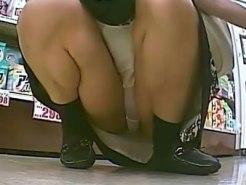 【パンチラ盗撮動画】ホームセンターで買い物中の素人女性…マンコの割れ目に食い込んだパンツを隠し撮りww