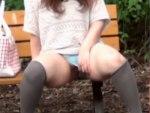 【野ション盗撮動画】公園のベンチに座りパンツの隙間からオシッコする素人を隠し撮りww