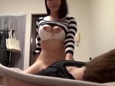 【人妻セックス盗撮動画】街中でナンパした巨乳女性が旦那あり…飯奢るだけでハメ了解なビッチ妻ww