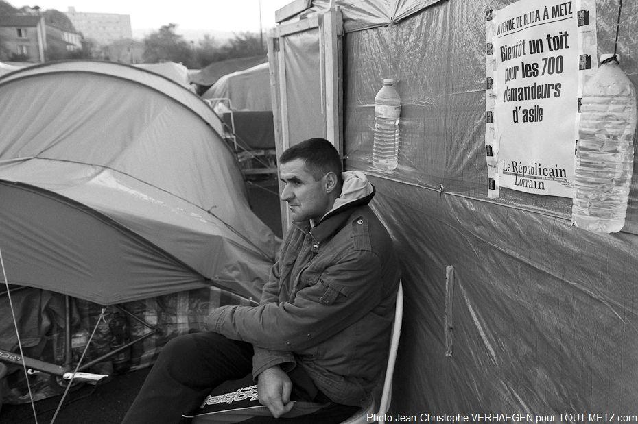 Partout dans le camp, des Unes du républicain Lorrain sont placardées. Elles annoncent le relogement prochain des familles. La plupart d'entre elles ne parlent ni ne lisent le français.