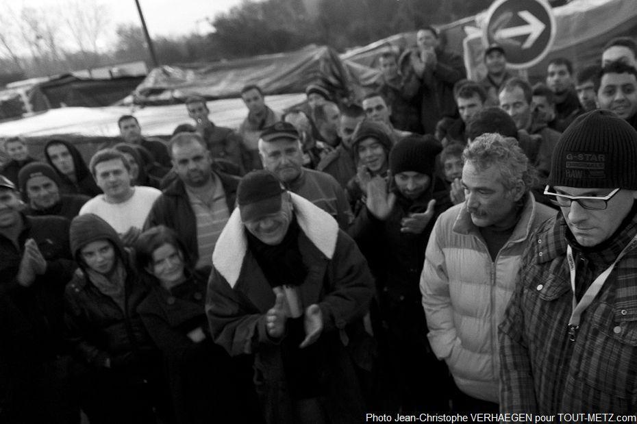 Une fois que les traducteurs ont fini de transmettre le message, les réfugiés venus aux nouvelles applaudissent. Ce soir, ils dormiront au chaud.