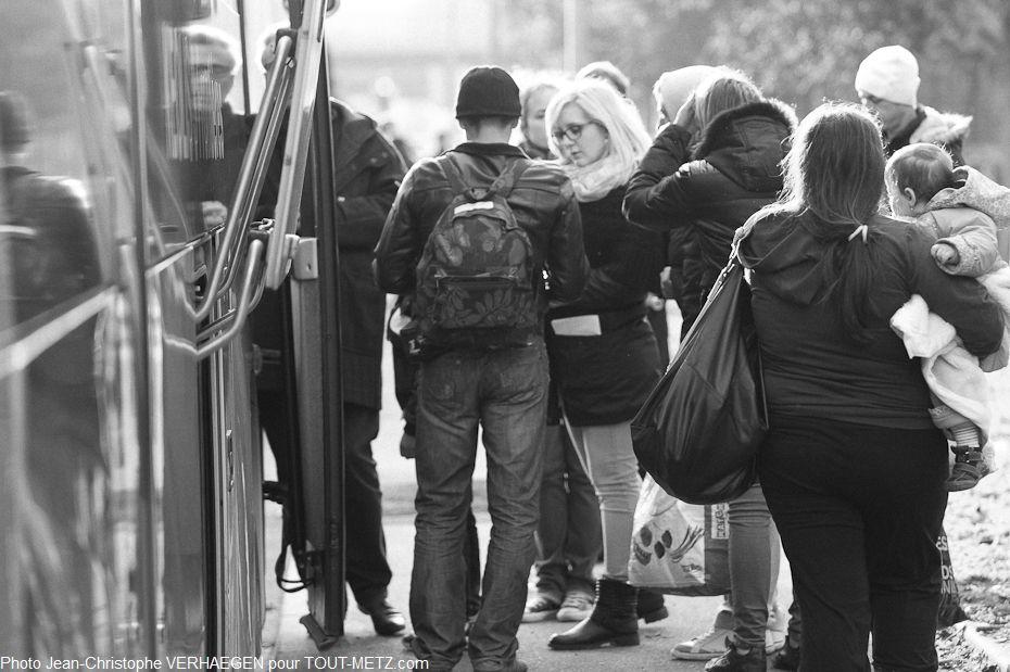 Dernière vérification avant la montée dans le bus. Les rérfugiés, à ce stade, ne savent toujours pas quelle sera leur destination, ni, au bout du chemin, s'ils partageront encore le quotidien des autres personnes dans le bus.