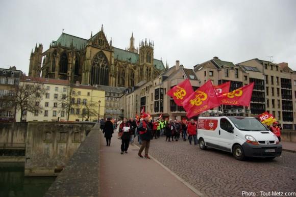 Après un passage près de la cathédrale, les manifestants terminent leur parcours en passant devant la préfecture.