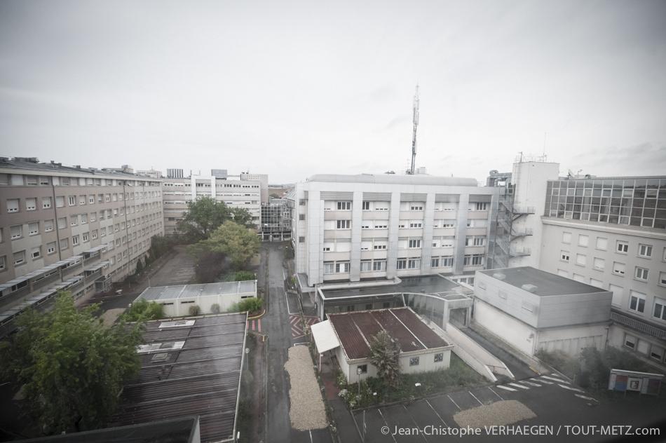 La cour intérieure de l'hôpital Bon Secours. La rampe à droite permettait l'accès des véhicules de secours. Au bout de l'allée centrale l'accueil avec les boutiques. Contrairement à ce que certains croient parfois, il n'y a jamais eu d'héliport sur les toits de l'hôpital.