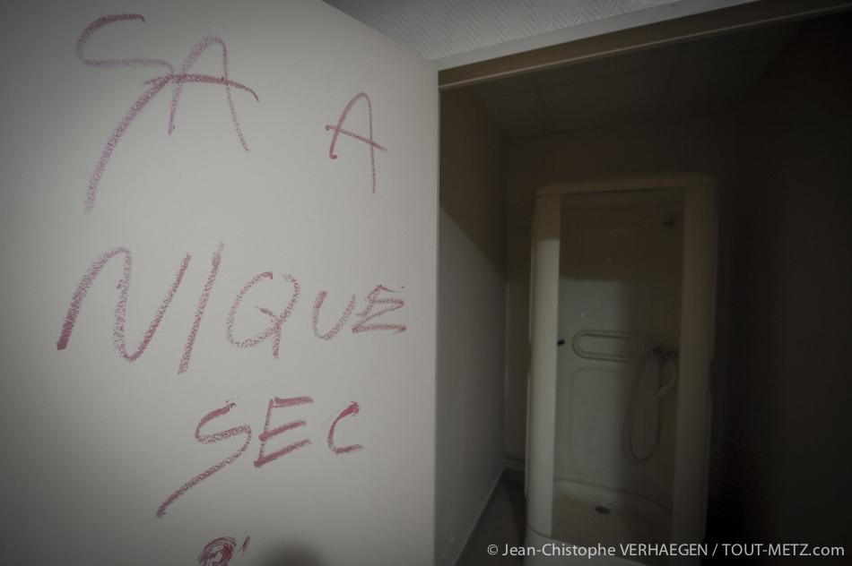 Sur la porte des douches, dans les vestiaires du personnel, un individu a laissé un message. Témoignage du souvenir particulier qu'il gardait de ces lieux.