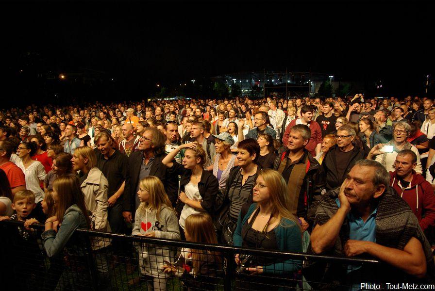 28.000 personnes étaient présentes ce samedi pour assister au spectacle. Rapidement conquis par l'énergie des RIC, le public a répondu présent aux interactions proposées par le groupe.