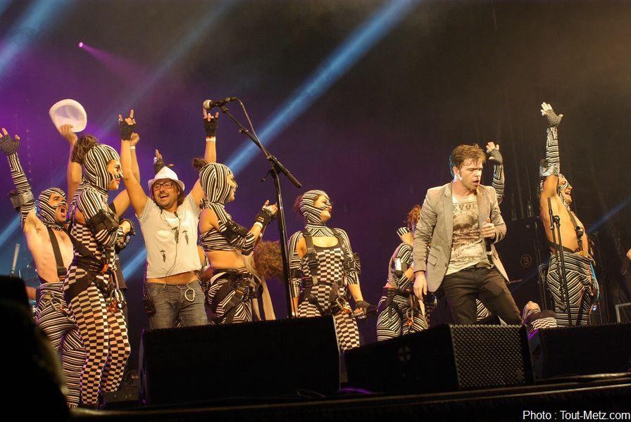 Le concert se termine et les artistes suspendus dans le vide quelques minutes plus tôt rejoignent la scène pour faire la fête avec le public.