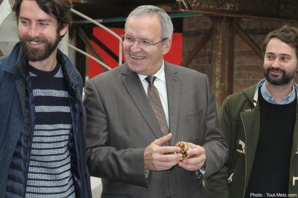 """Patrick WEITEN et """"Mix"""", la boule de Noël du CIAV de Meisenthal en 2014, entourée des 2 designers Jean-Christophe Orthlieb (à gauche) et Juan Pablo Naranjo (à droite)."""