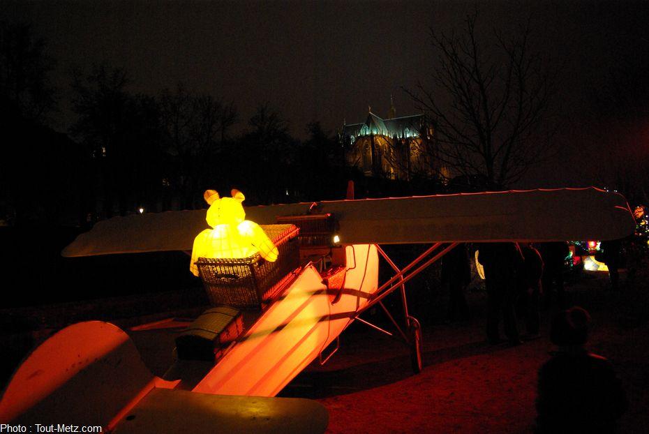 Prêt pour le décollage à bord d'une réplique de l'avion de St Exupéry, cette lanterne-nounours se verrait probablement bien survoler la cathédrale de Metz en rase-motte. Nous aussi d'ailleurs !