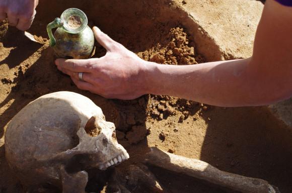 Démontage des objets découverts lors de fouilles archéologiques à Woippy - Copyright : Metz Métropole_Pôle archéologie préventive