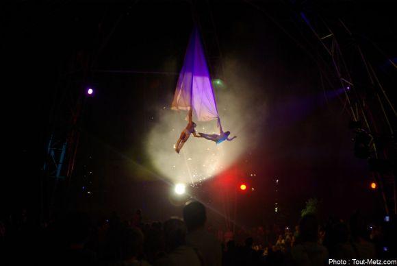Bien servis par les lumières et la fumée, les artistes ont réalisé un spectacle magique. 29 août 2015