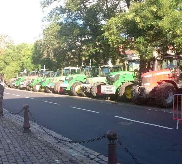 Photo : Tout-Metz - Une trentaine de tracteurs stationnés en face de la Préfecture de la Moselle (1er septembre 2015)
