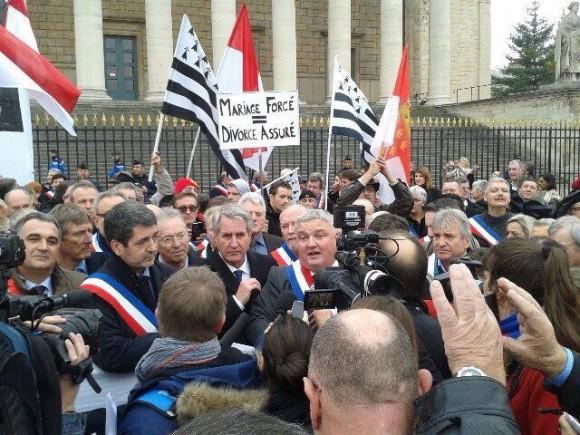 Eric Straumann, ici aux côtés de Philippe Richert, au temps de la lutte contre la fusion des régions en Alsace. Source : page facebook du député.