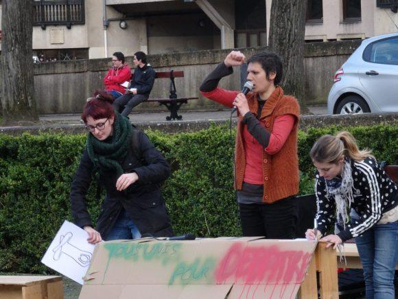 Cléa (au centre) montre aux participants quelques gestes utiles pour communiquer lors des débats.