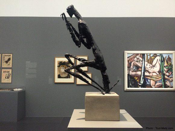 La Mante est une sculpture en bronze de Germaine Richier (1902-1959) réalisée en 1946. Celle-ci représente une femme assise sur sa longue queue, les deux pattes constituées de 3 griffes repliées à la hauteur de sa tête. Une artiste féministe qui a suscité un vif intérêt en Allemagne pour le transfert du côté vorace de l'animal envers les mâles dans ses oeuvres - 28.06.2016, Centre Pompidou-Metz