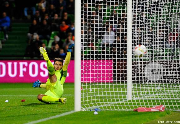 Thomas Didillon, le gardien du FC Metz, est allé chercher le ballon 7 fois au fond de ses filets face à Monaco ce 1er octobre 2016. Ici, le pénalty.